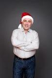 Homme dans le chapeau de Santa avec les mains pliées Photo libre de droits