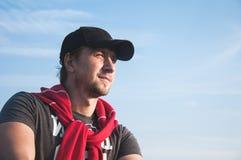 Homme dans le chapeau regardant en avant photographie stock libre de droits