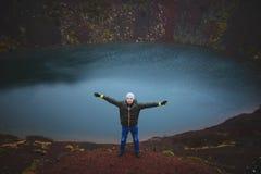 Homme dans le chapeau sur Volcano Ground rouge Photographie stock libre de droits