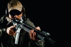 Homme dans le chapeau tenant le fusil d'assaut photos libres de droits