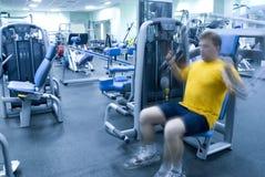 Homme dans le club de forme physique Image libre de droits