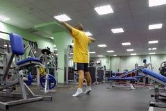 Homme dans le club de forme physique Image stock
