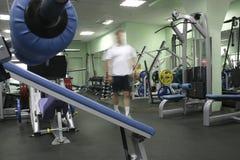 Homme dans le club de forme physique Photographie stock