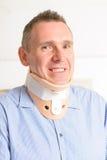 Homme dans le collier cervical Photos stock