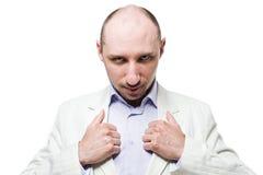 Homme dans le costume avec des pouces sur le revers Photos stock