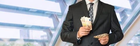 Homme dans le costume avec l'argent Photos libres de droits