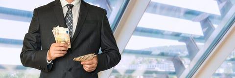 Homme dans le costume avec l'argent Photos stock