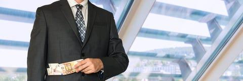 Homme dans le costume avec l'argent dans des poches Images libres de droits