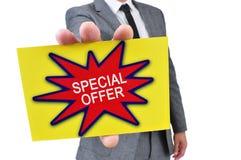 Homme dans le costume avec une enseigne avec l'offre spéciale des textes Photos libres de droits