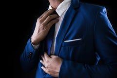 Homme dans le costume, homme d'affaires sur le fond noir Images libres de droits
