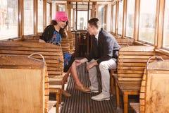 Homme dans le costume dans le wagon de train avec le regard de sourire de femme à chacun Images stock