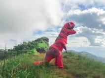 Homme dans le costume de dinosaure sur la montagne à l'AMI de Chaing photos stock