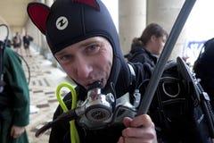 Homme dans le costume de plongée, Belgique Photographie stock