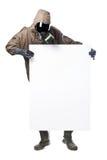 Homme dans le costume de risque tenant un panneau d'affichage et le regardant Photo stock