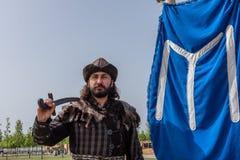 Homme dans le costume des troupes turques antiques de soldats d'empire de tabouret Photos libres de droits