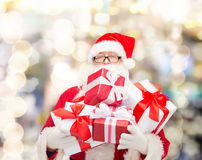 Homme dans le costume du père noël avec des boîte-cadeau Photographie stock libre de droits