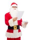 Homme dans le costume du père noël avec la lettre Photos stock