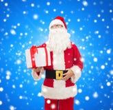 Homme dans le costume du père noël avec le boîte-cadeau Photos libres de droits