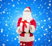 Homme dans le costume du père noël avec le boîte-cadeau Image libre de droits