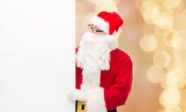Homme dans le costume du père noël avec le panneau d'affichage Images stock
