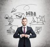 Homme dans le costume et icônes de MBA sur le béton Photographie stock