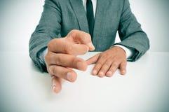 Homme dans le costume faisant des gestes en tant qu'affirmation de son discours Photographie stock