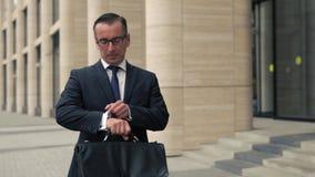 Homme dans le costume formel regardant des montres banque de vidéos