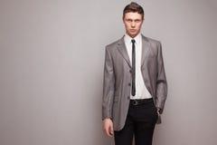 Homme dans le costume gris image stock