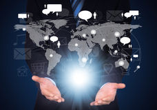 Homme dans le costume, la carte du monde et les contacts images stock
