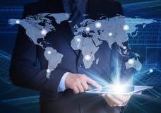 Homme dans le costume, la carte du monde et les contacts images libres de droits