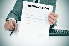 Homme dans le costume montrant un document signé figuré de démission Image libre de droits