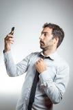Homme dans le costume prenant un selfie Photos stock