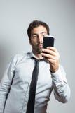 Homme dans le costume prenant un selfie Photographie stock libre de droits