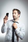 Homme dans le costume prenant un selfie Photographie stock