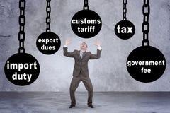 Homme dans le costume recherchant sur des mots photos libres de droits