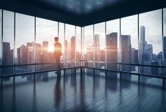 Homme dans le costume regardant la ville et le coucher du soleil 3d Images stock