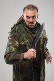 Homme dans le couteau se tenant uniforme de soldat photographie stock