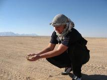 Homme dans le désert Images stock