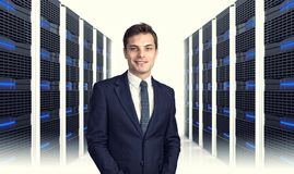 Homme dans le datacenter photo stock