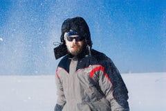 Homme dans le domaine neigeux Image stock