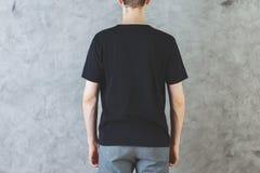 Homme dans le dos noir vide de chemise Photographie stock libre de droits