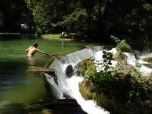 Homme dans le fleuve image libre de droits