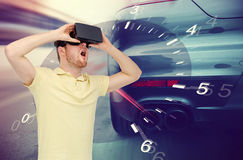 Homme dans le jeu de courses d'automobiles de casque et de réalité virtuelle Image stock