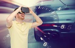 Homme dans le jeu de courses d'automobiles de casque et de réalité virtuelle Photographie stock libre de droits