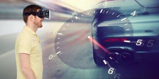 Homme dans le jeu de courses d'automobiles de casque et de réalité virtuelle Photos stock