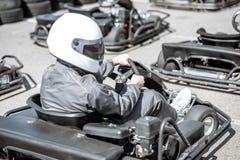 Homme dans le kart sur la voie photos libres de droits
