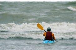 Homme dans le kayak Photographie stock libre de droits