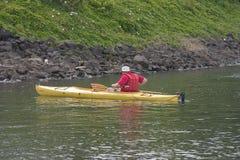 Homme dans le kayak. photos stock