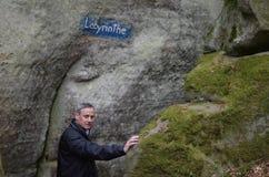 Homme dans le labyrinthe de forêt et de roches Image stock