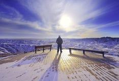 Homme dans le lever de soleil Photo libre de droits